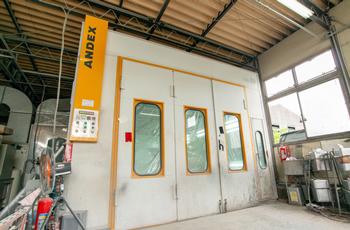 車を綺麗に仕上げるための塗装専用スペース完備!